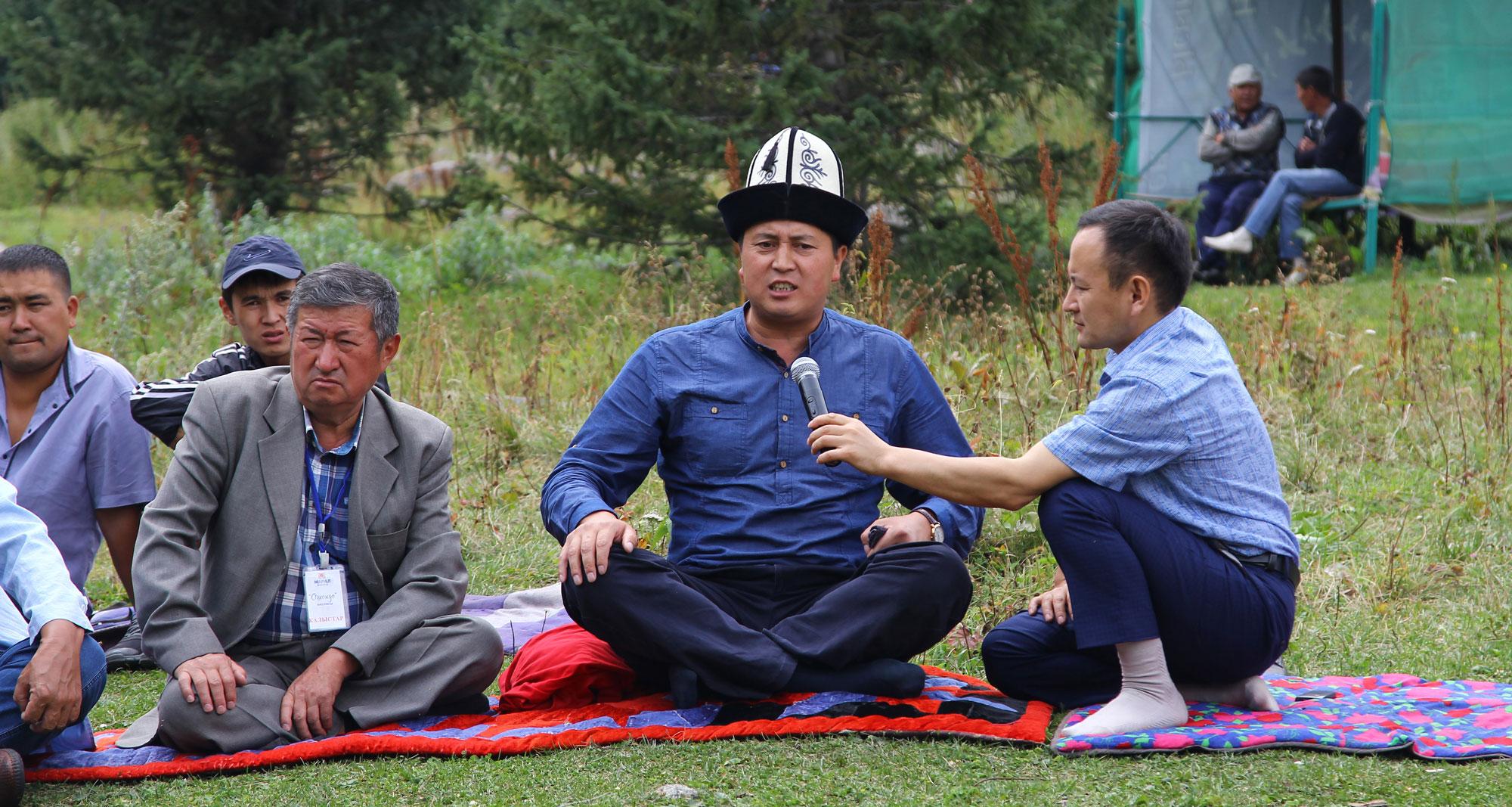 Reciteren nationale hymne tijdens camperreis door Mongolie met TME