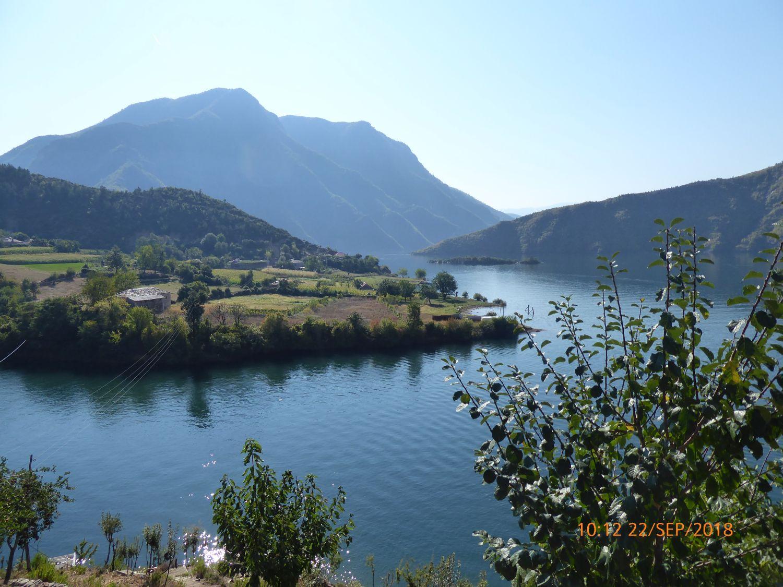 Albanie varen over Komani meer